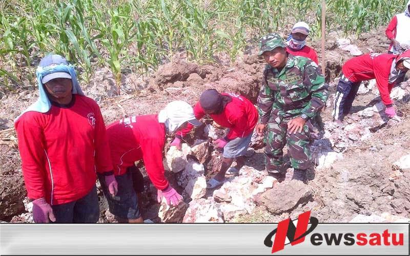 TNI Lamongan BantuWarga Buat Palengsengan