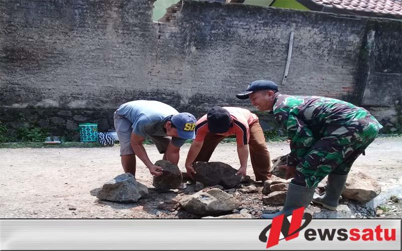Tak Kenal Libur, TNI Cilacap Bersama Warga Kerja Bakti Bangun Talud