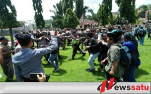 Demo Kantor Bupati, Mahasiswa Adu Jotos Dengan Satpol PP Sumenep