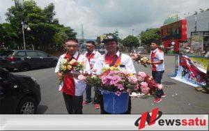 Peringati HPN, Wartawan Kota Batu Bagikan Seribu Mawar
