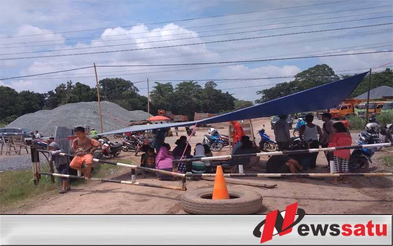 Puluhan Penduduk Desa Celikah OKI Demo PT Waskita Karya