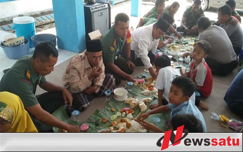 Beralaskan Daun Pisang, TNI Dan Polri Di Jember Makan Bersama Kaum Dhuafa