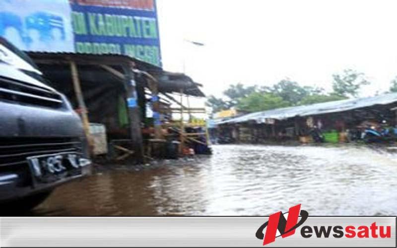 Jalan Desa Bantaran Probolinggo Kerap Digenangi Air, Pemotor Mengeluh