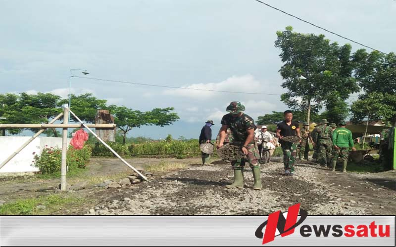 TNI Bangun Jalan Dusun Di Jember