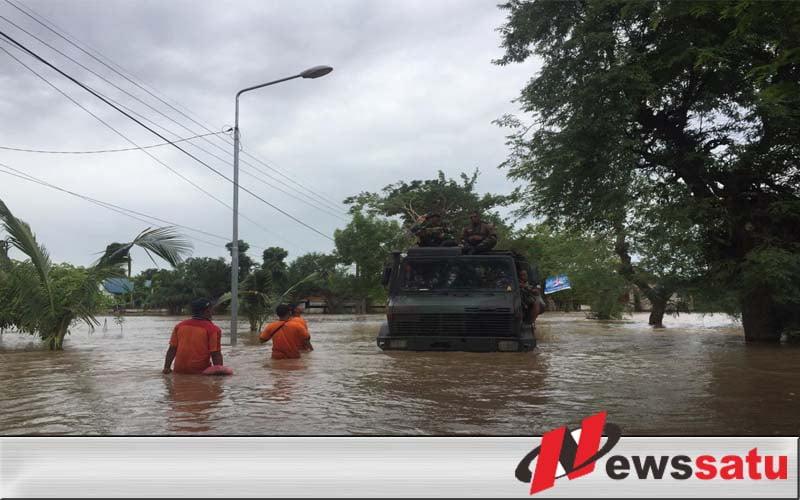 """Truk Armed 12 Kostrad """"Berenang"""" Evakuasi Warga Ngawi"""
