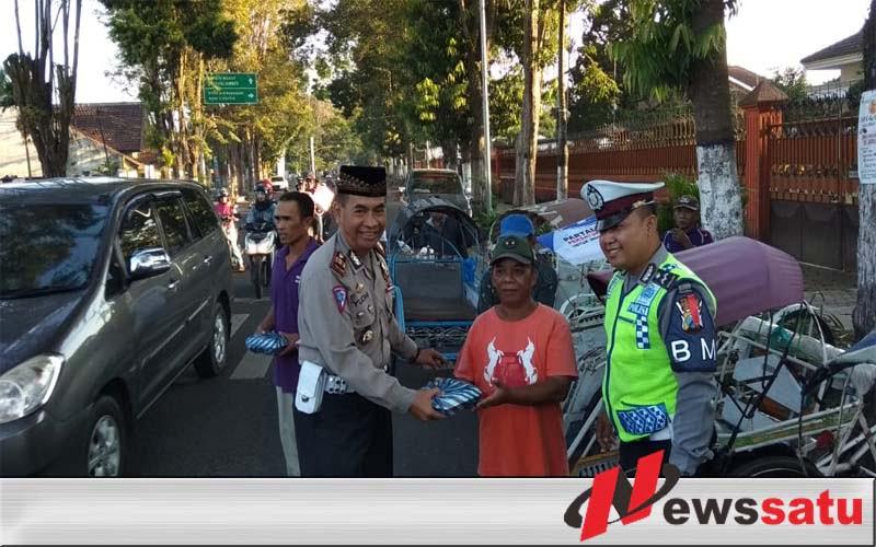 Jajaran Satlantas Polres Bondowoso Berbagi dengan Abang Becak
