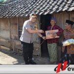 Polres Bondowoso Bagi-bagi Sembako Pada Warga Kurang Mampu