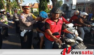 Satlantas Polres Pamekasan Bagi-bagi Helm Kepada Pengendara