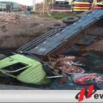 Diduga Sopir Mengantuk, Truk Tronton Di Probolinggo Terjun Bebas Ke Sungai