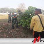 Korem 082 CPYJ Bersih-Bersih Taman Makam Pahlawan