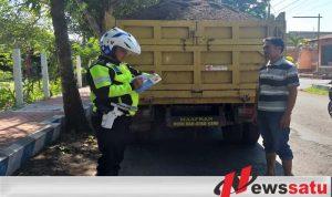 Satlantas Bondowoso Menindak Truk Bermuatan Pasir Tanpa Penutup