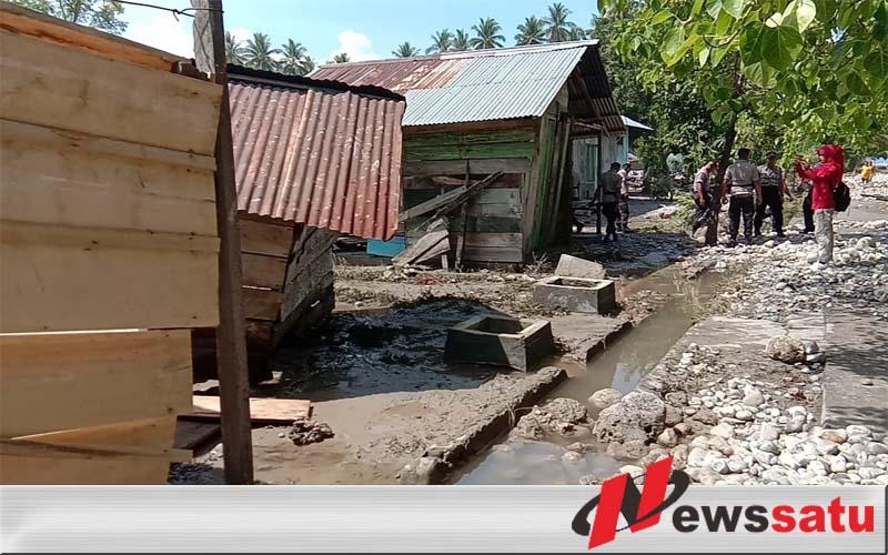 Rumah Warga Di Teluk Bara Kabupaten Buru Dihantam Air Pasang Laut
