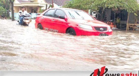 Mobil Merah Ini Nekat Terobos Banjir Di Sumenep
