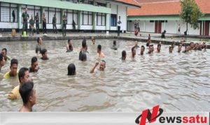 Anggota Korem Bhaskara Jaya Berebut Ikan Lele