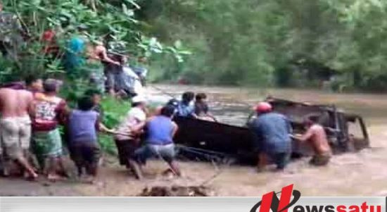 Mobil Ini Terseret Banjir Bandang Di Probolinggo