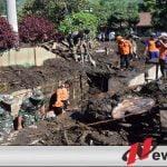 Banjir Bandang, TNI Polri Bersama Masyarakat Gotong Royong Bersihkan Lumpur