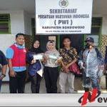 PMI Bondowoso Lakukan Peyeprotan disinfektan Dan Bagi-bagi Makser Gratis