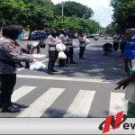 Covid-19, Polres Probolinggo Kota Bagikan Sembako Pada PKL Dan Abang Becak