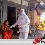 Warga Alassumur Bondowoso Dapatkan Masker Gratis Dan Penyemprotan Disinfektan