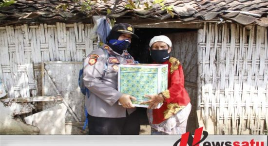 Jumat Berkah, Polwan Polres Sumenep Door To Door Berbagi Sembako