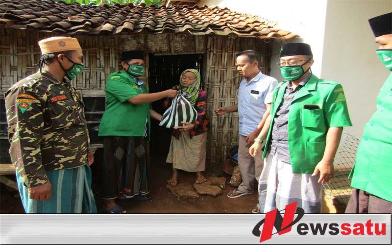 PAC GP Ansor Ambunten Bagikan Zakat Fitrah