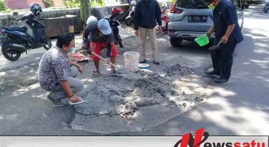 Tak Kunjung Diperbaiki, Komisi III DPRD Kota Probolinggo Tambal Sendiri Jalan Rusak