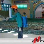 New Normal, Relawan Penanggulangan Bencana Di Pamekasan Lakukan Penyemprotan Di Masjid
