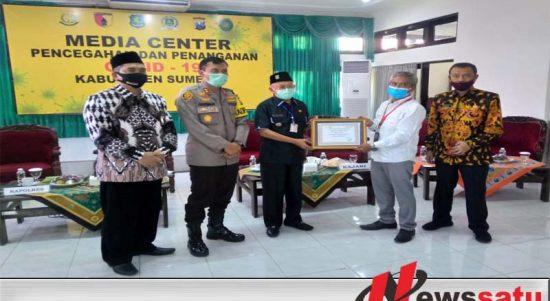 Rizki Komari (PT. Tanjung Odi) menyerahan Bantuan Alat Rapid Tes kepada Ketua Gugus Covid Sumenep secara simbolis