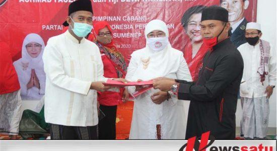 Sekretaris DPD PDI Perjuangan Sumenep, Abrari menyerahkan rekomendasi Kepada Achmad Fauzi dan Dewi Khalifah