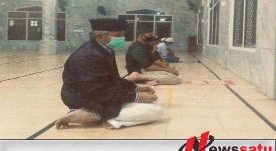 Bupati OKI, H. Iskandar, SE melaksanakan sholat berjemaah di Masjid Agung Sholihin Kayuagung