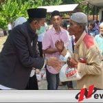 Fauzi-Eva Beri Bantuan Paket Sembako Pada Warga Kurang Mampu Di Torbang Sumenep