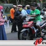 Supporter MU Rindu Kebersamaan Di Tribun, Obati dengan Bagi Masker Bareng Di Pamekasan