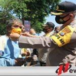 Forkopimda Sampang Bagi-bagi Ribuan Masker Kepada Warga