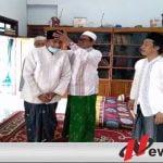 KH Kholilullah saat memakaikan langsung kopiah GMNU kepada Achmad Fauzi