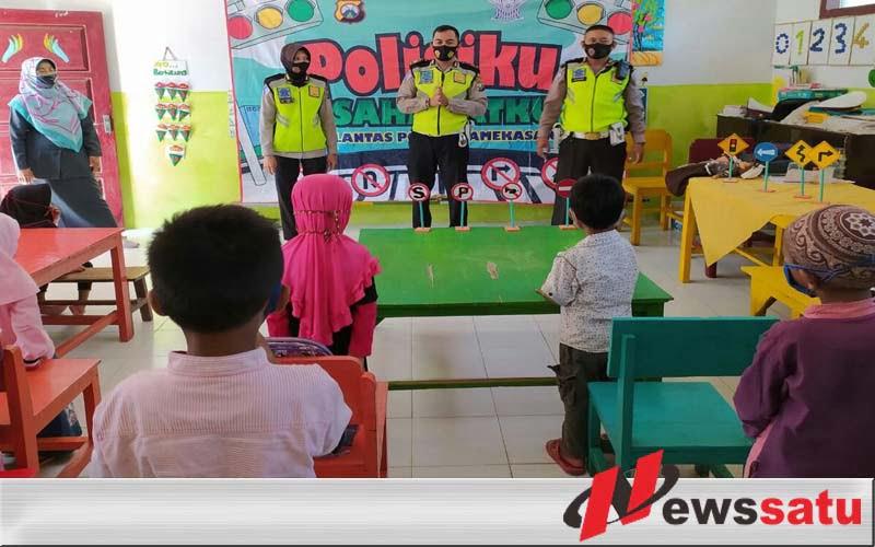 Polisi Di Pamekasan Blusukan PAUD Dan TK Untuk Mengenalkan Tertib Lalin dan Prokes