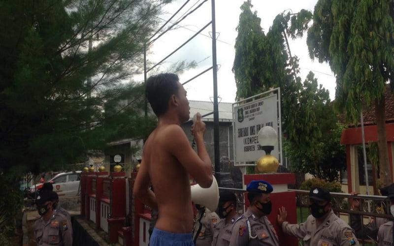 Soal Limbah Tambak Udang, Mahasiswa Sumenep Gelar Demo Tunggal Di DLH