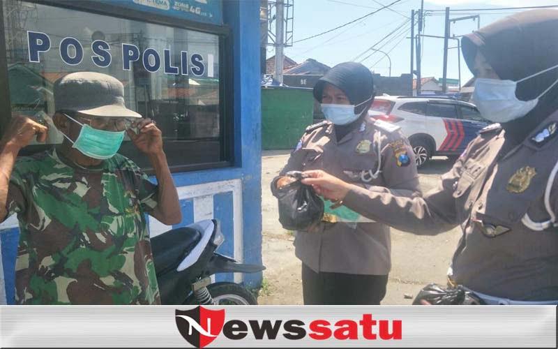 Polwan Sampang, Patroli Jumat Sambil Bagi Masker