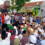 Massa Gruduk Mapolres dan Rumah Ibunda Mahfud MD Di Pamekasan
