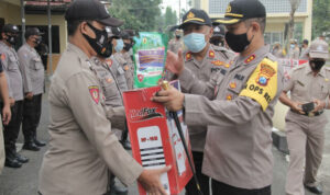 Waspadai Pandemi, Polres Sampang Salurkan Peralatan Desinfeksi Ke Masjid