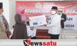 Anggota DPR RI MH Said Abdullah menyerahkan secara simbolis bantuan operasional kepada perwakilan guru ngaji di Masjid Fathimah Binti Said Gauzan di Desa Jabaan, Manding, Sumenep