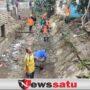 Pasca Banjir, Warga dan Relawan Bersihkan Aliran Sungai di Pamekasan