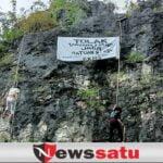 FKMS Bentangkan Spanduk Tolak Fosfat Di Tebing Batuputih Sumenep
