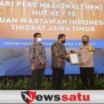 Kapolda Jatim Menerima PWI Jatim Award Kategori 'Special Award' Covid 19
