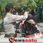 Sadarkan Prokes Pengunjung Wisata, Polisi Bagikan Masker di Pantai Jumiang