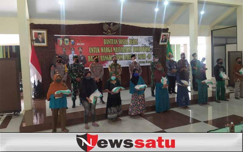Bupati Bondowoso Serahkan 62 Ton Beras Pada Masyarakat Terdampak PPKM