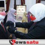 Gubernur Khofifah Anugerahkan Satyalancana Karya Satya Pada 67 ASN Pemprov Jatim