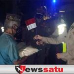 Jelang Agustusan, Polri bagikan Bendera Merah Putih pada PKL di Pamekasan
