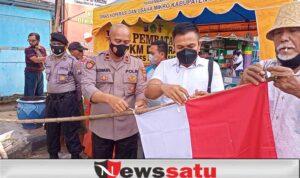 Jelang Hari Kemerdekaan, PKL bersama Polisi Kibarkan Bendera Merah Putih di Pamekasan