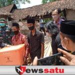 Datangin Dua Korban Kebakaran, Bupati Salwa Berikan Bantuan RTLH