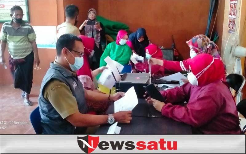 Kades dan Keluarga Awali Vaksinasi Masal Warga di Branta Pesisir Tlanakan
